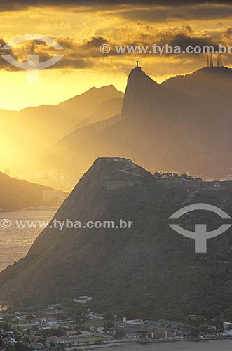 Vista do Rio de Janeiro ao entardecer com a estátua do Cristo Redentor sobre o Corcovado ao fundo  - RJ - Brasil  - Rio de Janeiro - Rio de Janeiro - Brasil