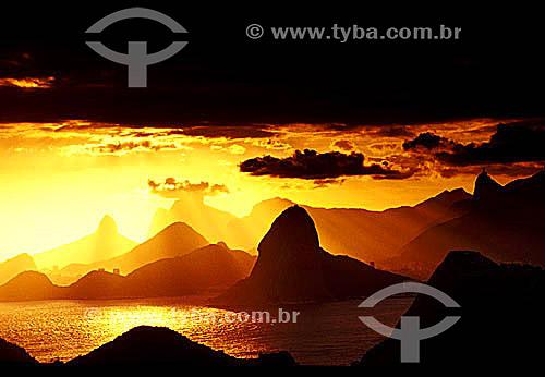 Pôr do sol dourado sobre as montanhas do Rio de Janeiro - RJ - Brasil  - Rio de Janeiro - Rio de Janeiro - Brasil