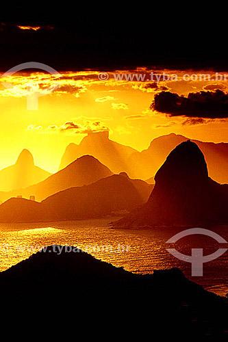 Pôr do sol dourado nas montanhas do Rio de Janeiro - Rio de Janeiro - RJ - Brasil  - Rio de Janeiro - Rio de Janeiro - Brasil