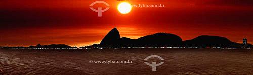 Panorâmica do Pão de Açúcar (1) visto do Aterro do Flamengo ao nascer do sol - Rio de Janeiro - RJ - Brasil (1) É comum chamarmos de Pão de Açúcar, o conjunto da formação rochosa que inclui o Morro da Urca e o próprio Morro do Pão de Açúcar (o mais alto dos dois). O conjunto rochoso é Patrimônio Histórico Nacional desde 08-08-1973.  - Rio de Janeiro - Rio de Janeiro - Brasil