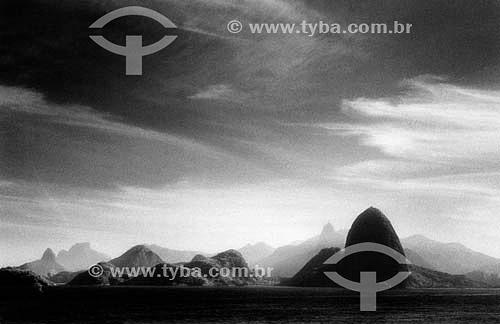 Pão de Açúcar - Rio de Janeiro visto de Niterói - RJ - Brasil  é comum chamarmos de Pão de Açúcar, o conjunto da formação rochosa que inclui o Morro da Urca e o próprio Morro do Pão de Açúcar (o mais alto dos dois). O conjunto rochoso é Patrimônio Histórico Nacional desde 08-08-1973.  - Rio de Janeiro - Rio de Janeiro - Brasil