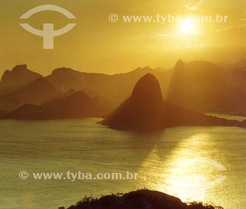 Entardecer no Rio de Janeiro visto de Niterói - entrada da Baía de Guanabara -  Rio de Janeiro - RJ - Brasil  - Rio de Janeiro - Rio de Janeiro - Brasil