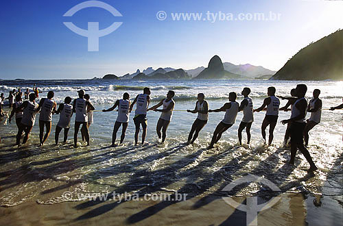Homens tentando resgatar baleia na Baia da Guanabara - Niterói - RJ - Brasil  - Niterói - Rio de Janeiro - Brasil