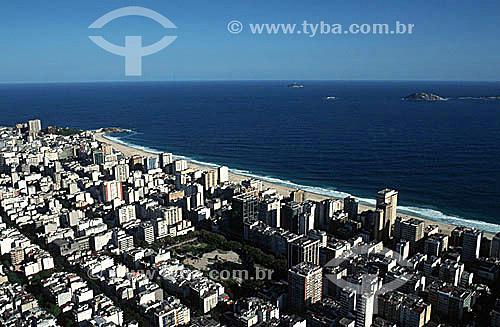 Vista aérea do bairro de Ipanema, com a Praça Nossa Senhora da Paz e a praia finalizada pela Pedra do Arpoador adentrando o Oceano Atlântico à esquerda  - Rio de Janeiro - Rio de Janeiro - Brasil