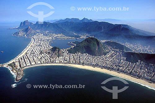 Vista aérea da interseção entre os bairros de Ipanema à esquerda e Copacabana à direita. Da esquerda para a direita vê-se: o lado da Praia de Ipanema conhecido como Arpoador; a Pedra do Arpoador; a Praia do Diabo e outras 3 praias pertencentes ao Exército Brasileiro; o Forte de Copacabana construído no século 18 e o lado da Praia de Copacabana conhecido como Posto 6 - Ao fundo Lagoa Rodrigo de Freitas, Morro Dois Irmãos e Pedra da Gávea - Rio de Janeiro - RJ - Brasil - Data: 2008