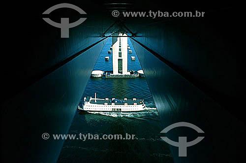 Barca Rio-Niterói passando pela Ponte  Rio-Niterói - Rio de Janeiro - RJ - Brasil  - Niterói - Rio de Janeiro - Brasil