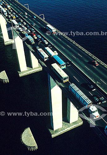 Vista aérea do trânsito sobre a Ponte Rio-Niterói - Rio de Janeiro - RJ - Brasil  - Niterói - Rio de Janeiro - Brasil