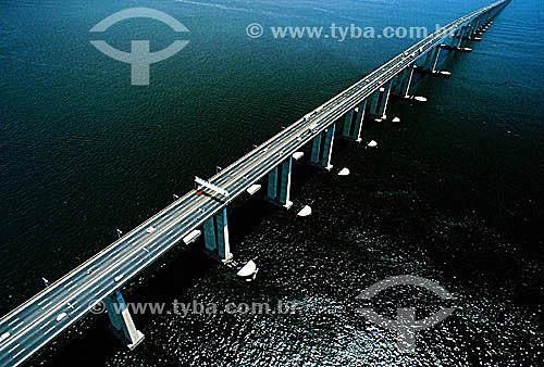 Vista aérea da Ponte Rio-Niterói  na Baía de Guanabara - Rio de Janeiro - RJ - Brasil  A Ponte Rio-Niterói, cujo verdadeiro nome é Ponte Presidente Costa e Silva, tem 13.290m de extensão, liga a cidade do Rio de Janeiro à cidade de Niterói e foi inaugurada em 1974.  - Niterói - Rio de Janeiro - Brasil