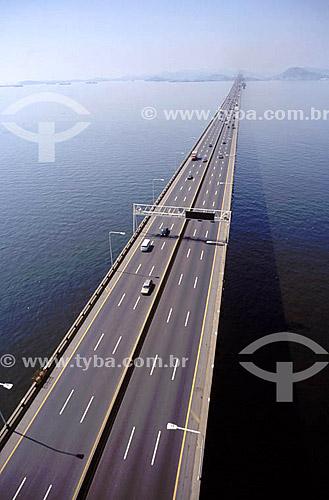 Vista aérea da Ponte Rio-Niterói  na Baía de Guanabara - Rio de Janeiro - RJ - Brasil  O nome oficial é Ponte Presidente Costa e Silva e foi inaugurada em 1974.   - Niterói - Rio de Janeiro - Brasil