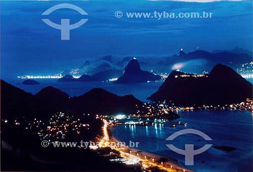 Vista do Parque da Cidade de Niterói. Ao fundo a cidade do  Rio de Janeiro iluminado à noite mostrando da esquerda para a direita:  a praia de Copacabana, o Morro dos Dois Irmãos, a Pedra da Gávea, o Pão de Açúcar e o Cristo Redentor. No primeiro plano: Charitas e Jurujuba em Niterói - RJ - Brasil  - Rio de Janeiro - Rio de Janeiro - Brasil