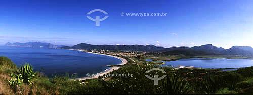 Assunto: Panorâmica da Lagoa de Itaipú à direita e da enseada da praia de Itaipú vistas do Morro das Andorinhas. Atrás as praias de Piratininga e Camboinhas e bem ao fundo à esquerda, a cidade do Rio de Janeiro / Local: Niterói - RJ - Brasil / Data: 2002