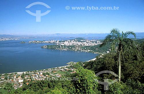 Assunto: A cidade do Rio de Janeiro vista do Parque da Cidade - em primeiro plano, parte da enseada de São Francisco e, ao fundo, a ponte Rio-Niterói / Local: Niterói - RJ - Brasil / Data: 2005