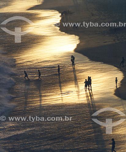 Silhueta de pessoas na Praia de Piratininga ao entardecer -  Niterói - Rio de Janeiro - Brasil  - Niterói - Rio de Janeiro - Brasil