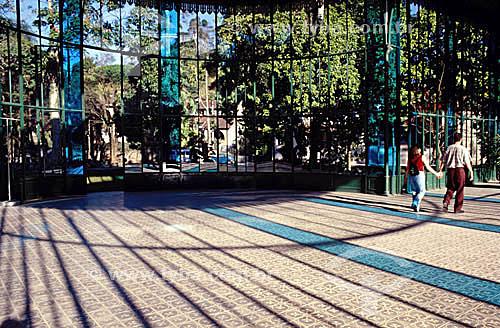 Interior do Palácio de Cristal - Petrópolis - RJ - Brasil  Construído na França e inaugurado em 1884, o Palácio foi um presente do Conde D`Eu à sua esposa, a Princesa Isabel. Foi ali, numa cerimônia realizada em abril de 1888, que a Princesa Isabel conferiu Títulos de Alforria aos 103 últimos escravos em Petrópolis. é Patrimônio Histórico Nacional desde 21-06-1967.  - Petrópolis - Rio de Janeiro - Brasil