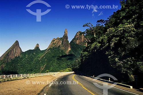 Estrada na Serra dos Orgãos com Pico do Dedo de Deus ao fundo - Teresópolis - RJ - Brazil / Data: 2006