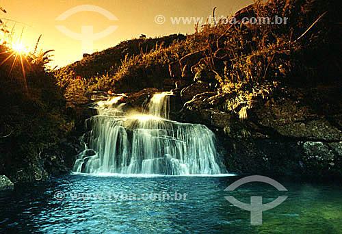Cachoeira no Parque Nacional de Itatiaia   ao pôr-do-sol - ao sul do estado do Rio de Janeiro - Brasil   é o Parque Nacional mais antigo do Brasil, criado em 1937. Ocupa as encostas e o topo da Serra da Mantiqueira na divisa entre RJ e MG.  - Itatiaia - Rio de Janeiro - Brasil
