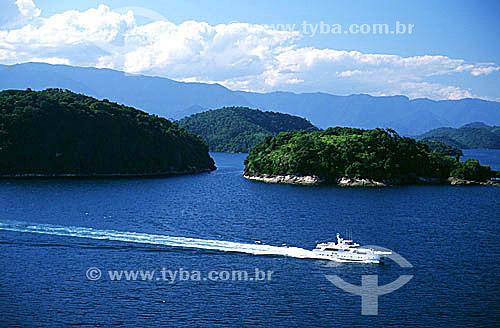 Lancha cruzando o mar de Angra dos Reis - Costa Verde - RJ - Brasil  - Angra dos Reis - Rio de Janeiro - Brasil