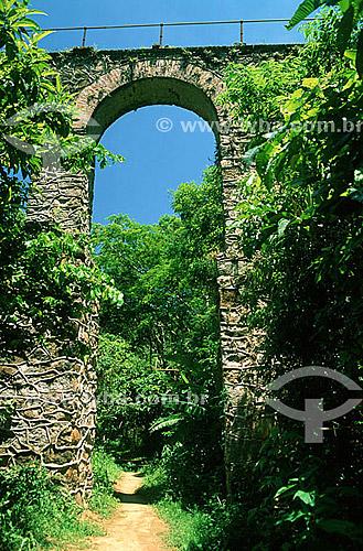 Detalhe do Aqueduto do Lazareto, construído no século 19 para  levar água ao antigo centro de quarentena - Ilha Grande - APA dos Tamoios - Baía de Angra dos Reis - Costa Verde - RJ - Brasil  - Angra dos Reis - Rio de Janeiro - Brasil