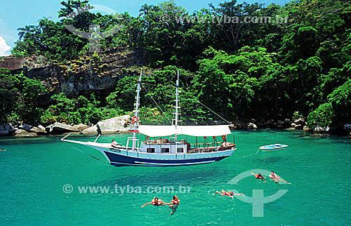 Barco tipo saveiro e pessoas mergulhando no mar de Parati - Costa Verde - RJ - Brasil  - Paraty - Rio de Janeiro - Brasil