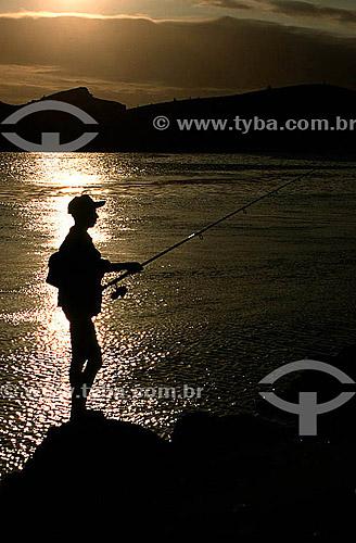 Silhueta de homem pescando ao pôr-do-sol na Boca da Barra - Cabo Frio - Costa do Sol - Região dos Lagos - RJ - Brasil  - Cabo Frio - Rio de Janeiro - Brasil
