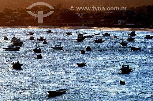 Silhueta de barcos de pesca no mar prateado pelo reflexo do pôr-do-sol - Praia da Armação - Búzios - Costa do Sol - Região dos Lagos - RJ - Brasil / Data: 2006