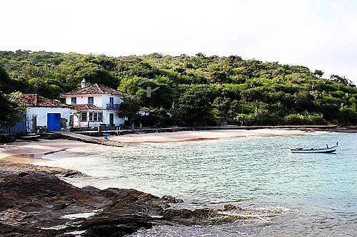 Casa na beira da Praia Azeda e barco no mar - Búzios - Região dos Lagos - Litoral norte do Rio de Janeiro - Brasil - Outubro 2005  - Armação dos Búzios - Rio de Janeiro - Brasil