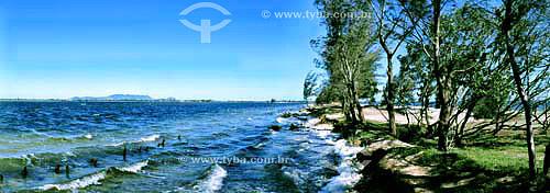 Paisagem com espuma - Uma característica bem interessante da lagoa é que com vento constante, talvez devido a maior salinidade, se forma nas margens, com a rápida seqüência da batida das ondas, uma alva e consistente espuma - Lagoa de Araruama - Araruama - RJ - Brasil - Agosto de 2002  - Araruama - Rio de Janeiro - Brasil