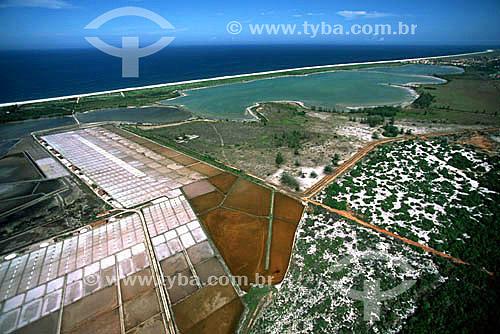 Vista aérea da APA - Área de Proteção Ambiental de Massambaba - Saquarema - Costa do Sol - Região dos Lagos - RJ - Brasil / Data: 2005 Localizada em região de salinas, entre a Praia Grande (Arraial do Cabo) e a divisa com Araruama, é uma longa e estreita faixa de areia localizada entre o Oceano Atlântico e a Lagoa de Araruama que se estende por 25 km.