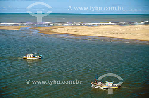 Barcos de pesca no mar perto de banco de areia em Barra do Atafona - Campos -  Rio de Janeiro - Brasil  - Campos dos Goytacazes - Rio de Janeiro - Brasil