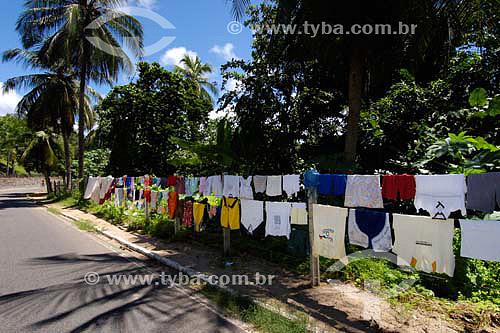 Secagem de roupa na beira da estrada - Pirangi do Sul - RN - Brasil - 05/2006  - Nísia Floresta - Rio Grande do Norte - Brasil