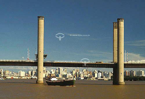 Barco passando embaixo da ponte sobre o rio Guaíba - Porto Alegre - Rio Grande do Sul - Brasil  - Porto Alegre - Rio Grande do Sul - Brasil