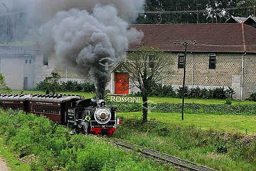 Trem soltando fumaça com vinícola Rossoni ao fundo - Rota dos espumantes  - Garibaldi - Rio Grande do Sul - Brasil