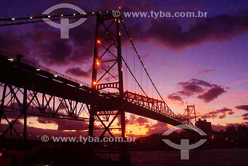 Vista da Ponte Hercílio Luz iluminada ao pôr-do-sol - Florianópolis - Santa Catarina - Brasil / Data: 2007