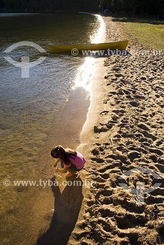 Menina brincando em praia na costa da lagoa - Lagoa da Conceição - Florianópolis - SC - Brasil  - Florianópolis - Santa Catarina - Brasil