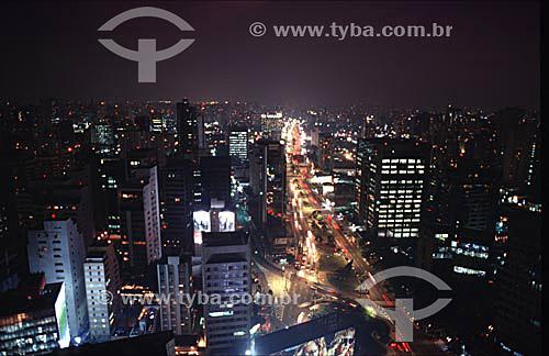 Vista noturna da cidade de São Paulo com suas avenidas, carros em movimento e prédios iluminados- SP - Brasil / Data: 2009