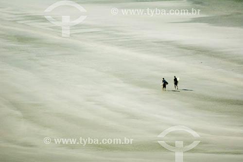 Pessoas andando na Praia da Fazenda no nucleo Picinguaba do Parque Estadual da Serra do Mar - Ubatuba - SP - Brasil - Abril 2007  - Ubatuba - São Paulo - Brasil