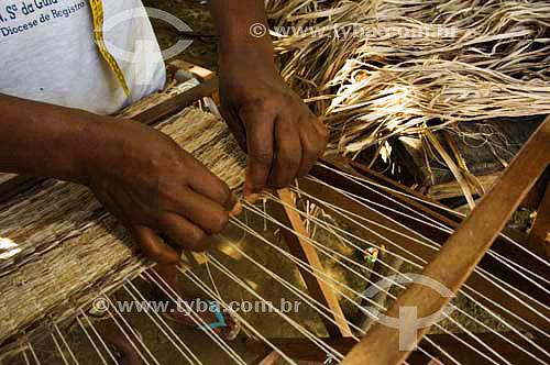 Artesã  tecendo com  fibras da bananeira - Quilombo Ivaporunduva - vale do Ribeira - Eldorado - SP - Brasil abril 2006  - Eldorado - São Paulo - Brasil
