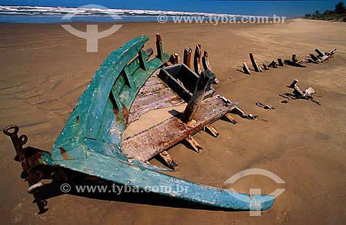 Destroços de barco encalhado na praia - Região de Barra dos Coqueiros - Sergipe - Brasil  - Barra dos Coqueiros - Sergipe - Brasil