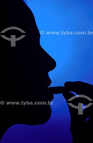 Silhueta de perfil de mulher comendo (Paladar)