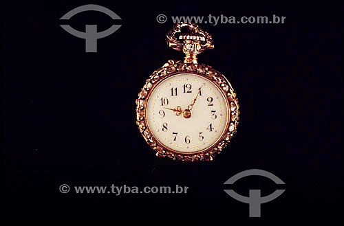Relógio enfeitado com pedras preciosas