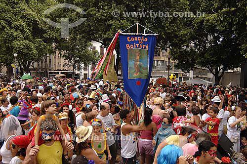 Estandarte e multidão - Carnaval 2006 - Bloco de rua Boitatá  - Rio de Janeiro - RJ - Brasil -  Fevereiro 2006  - Rio de Janeiro - Rio de Janeiro - Brasil