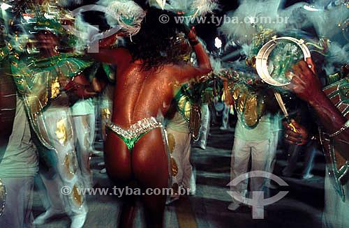 Passista e componentes da bateria em desfile de escola  de samba - Rio de Janeiro - RJ - Brasil  - Rio de Janeiro - Rio de Janeiro - Brasil