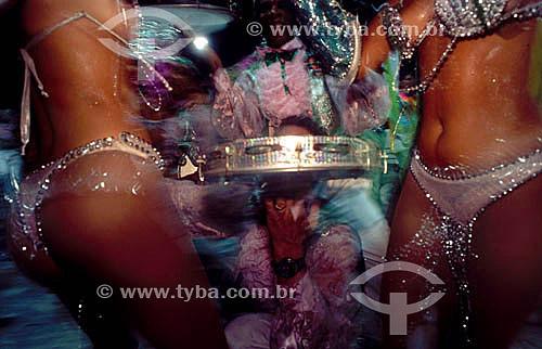 Passistas sambando animadas pelo pandeiro de componente da bateria em desfile de carnaval - Rio de Janeiro - RJ - Brasil  - Rio de Janeiro - Rio de Janeiro - Brasil