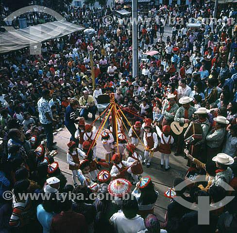 Dança das fitas durante festival do Divino - São Luis do Pirapitinga - SP - Brasil  - São Luís do Paraitinga - São Paulo - Brasil