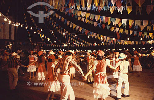 Festa Junina - Pessoas dançando em roda debaixo de bandeirinhas de São João, 2005