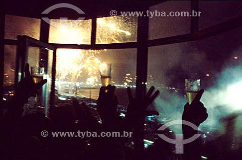 Detalhe das mãos com taças de champanhe - comemoração da passagem do ano - Reveillon - Rio de Janeiro - RJ - Brasil  - Rio de Janeiro - Rio de Janeiro - Brasil