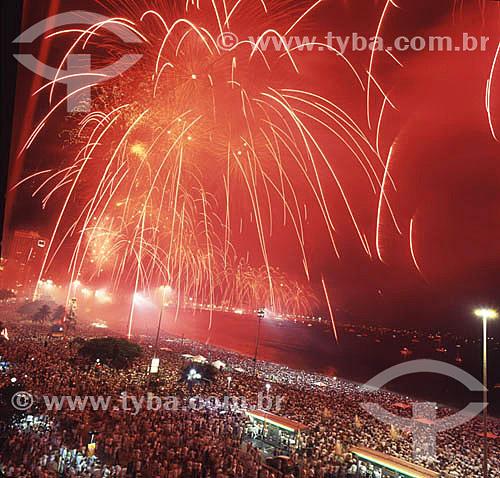 Multidão vendo queima de fogos durante a comemoração do Reveillon em Copacabana - Rio de Janeiro - RJ - Brasil - 1999/2000  - Rio de Janeiro - Rio de Janeiro - Brasil