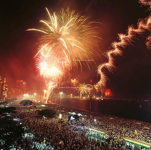 Multidão vendo queima de fogos durante a comemoração do Reveillon ou  Ano Novo na Praia de Copacabana - Rio de Janeiro - RJ - Brasil - 1999/2000  - Rio de Janeiro - Rio de Janeiro - Brasil