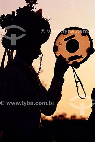 Silhueta de homem com pandeiro - Rei-de-Boi - festa folclórica - sul do Brasil