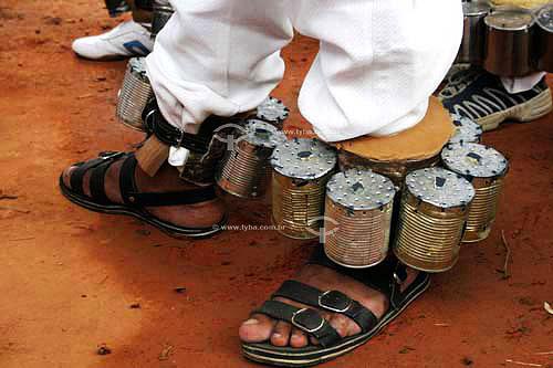 Homens usando cungas  - grupo folclóricoJustinópolis - MG - Brasil Cunga é um instrumento musical usado no Moçambique  - Ribeirão das Neves - Minas Gerais - Brasil